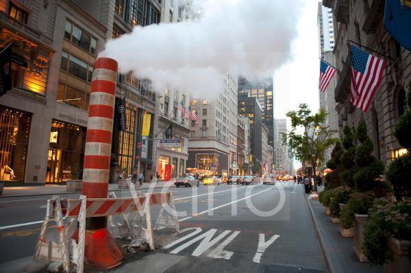 Dämmerung, provisorischer Schornstein, Dampf in der Straße, gelbe Taxis, Yellow Cabs, 5th Avenue, Midtown, Manhattan, New York City, USA, Nordamerika, Amerika