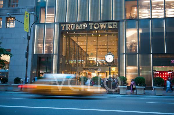Verkehr bei Dämmerung, gelbes Taxi, Yellow Cab, mit Bewegungsunschärfe vor dem Eingang zum Trump Tower, 5th Avenue, Midtown, Manhattan, New York City, USA, Nordamerika, Amerika