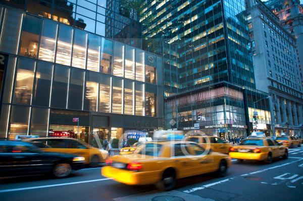 Verkehr bei Dämmerung, gelbe Taxis, Yellow Cabs, Geschäfte von Gucci und Armani, 5th Avenue, Midtown, Manhattan, New York City, USA, Nordamerika, Amerika