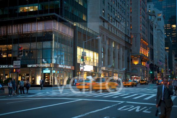 Verkehr bei Dämmerung, gelbe Taxis, Yellow Cabs, Geschäft von Armani, 5th Avenue, Midtown, Manhattan, New York City, USA, Nordamerika, Amerika