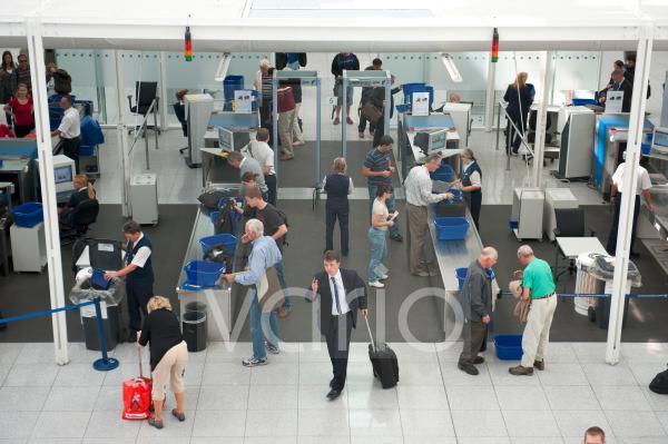 Sicherheit, Kontrolle, Sicherheitskontrolle, Fluggastkontrolle, Röntgengeräte, Luftverkehr, Flughafen München, Oberbayern, Bayern, Deutschland, Europa