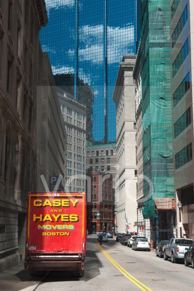 Rotes Umzugsauto, Straßenschlucht, Oliver Street, Boston Zentrum, Massachusetts, Neuengland, USA, Nordamerika, Amerika