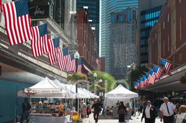Shopping, Fußgängerzone, Einkaufsstraße, Summer Street, Downtown Crossing, amerikanische Flaggen, Boston Zentrum, Massachusetts, Neuengland, USA, Nordamerika, Amerika