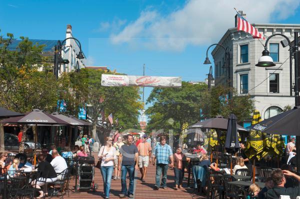 Viele Menschen, Cafes in der Fußgängerzone, Church Street im Sommer, Zentrum, Burlington, Vermont, Neuengland, USA, Nordamerika, Amerika