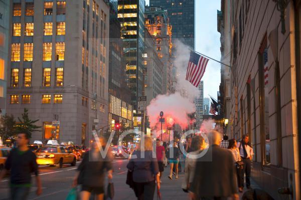 Viele Menschen in der 5th Avenue nahe Trump Tower am Abend, Midtown, Manhattan, New York City, USA, Nordamerika, Amerika