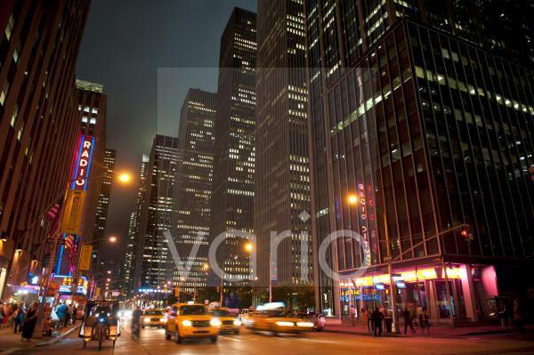 Erleuchtete Hochhäuser und Verkehr bei Nacht, 6th Avenue Ecke 51st West, Midtown, Manhattan, New York City, USA, Nordamerika, Amerika