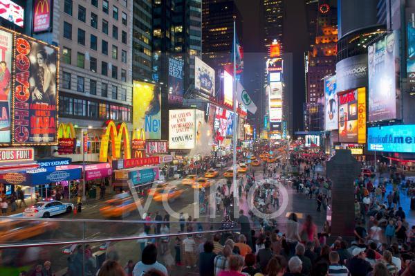 Viele Menschen, gelbe Taxis, bunte Leuchtreklame, Kreuzung Broadway 7th Avenue, Fußgängerzone Times Square, Midtown, Manhattan, New York City, USA, Nordamerika, Amerika