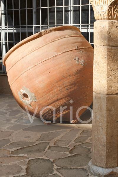 Alte Amphoren im Museum für Folklore in der Altstadt von Nicosia, Nikosia, Zypern, Europa