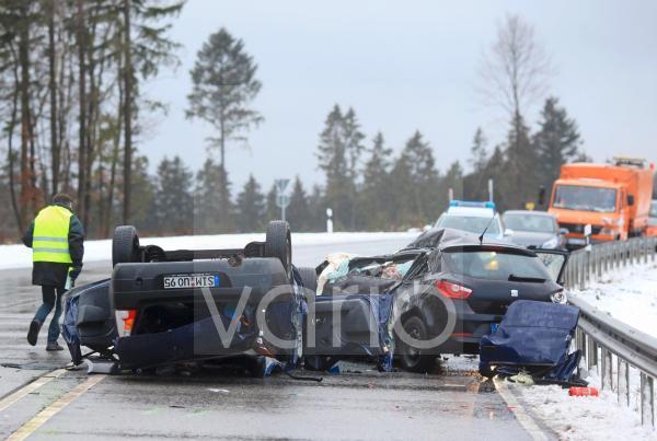 Zwei total zerstörte PKW nach einem tödlichen Unfall bei Schneeglätte auf der Bundesstraße 327, Buchholz, Rheinland-Pfalz, Deutschland, Europa