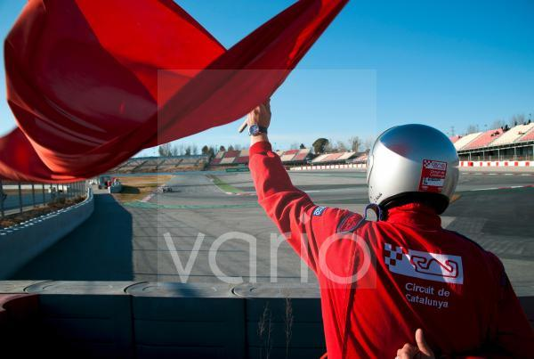 Streckenposten am Circuit de Catalunya schwenkt die rote Fahne, Formel 1 Testfahrten, Februar 2012, Barcelona, Spanien, Europa