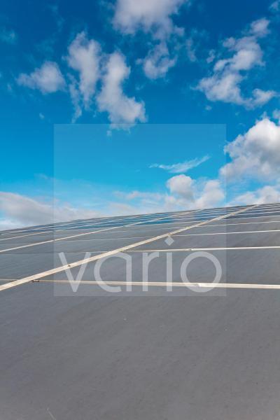 Dach mit komplett-integrierten Solarzellenplatten, Photovoltaik-Anlage, Italien, Europa
