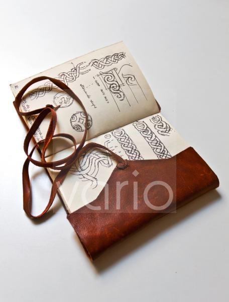 Handbeschriebenes und handbemaltes altes Skizzenbuch mit Ledereinband, persönliches Tagebuch