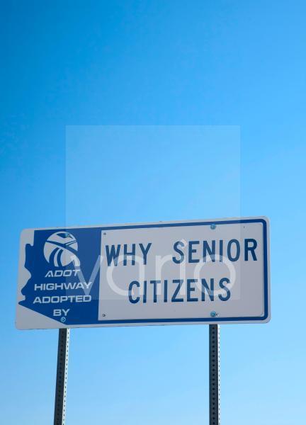 Schild an einem Highway in Arizona gibt an, dass es von den Senioren der Stadt Why adoptiert wurde, Why Senior Citizens, Why, Arizona, USA