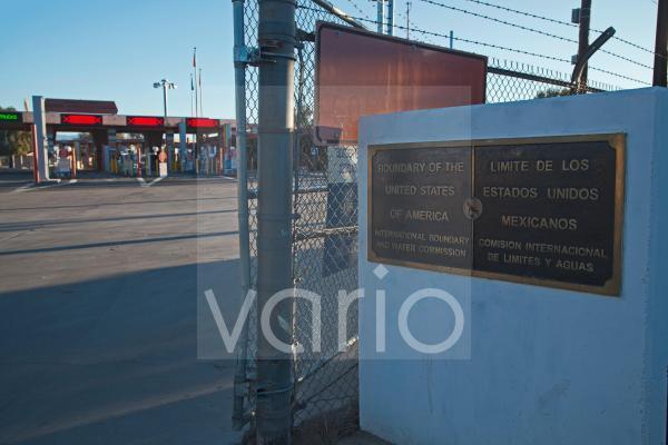 Die internationale Grenze zwischen Sonoyta, Mexiko, und Lukeville, Arizona, in den Vereinigten Staaten, US-amerikanische Grenzkontrolle hinten, Lukeville, Arizona, USA