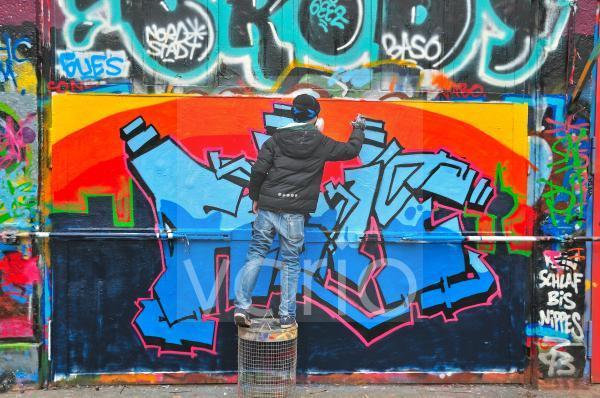 Elfjähriger Graffitimaler, Köln, Nordrhein-Westfalen, Deutschland, Europa, ÖffentlicherGrund