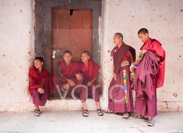 Young Buddhist monks chatting, Wangdue Phodrang Dzong, Wangdue Phodrang (Wangdi), Bhutan, Asia