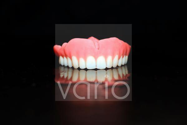 Zahnvollprothese für den Oberkiefer aus Kunststoff, Studioaufnahme vorm schwarzen Hintergrund