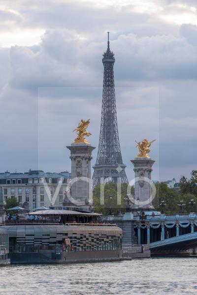 Pont Alexandre III Brücke über die Seine, dahinter der Eiffelturm, Paris, Île-de-France, Frankreich, Europa