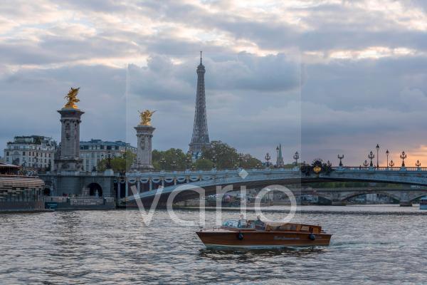 Pont Alexandre III Brücke über die Seine, dahinter der Eiffelturm, Sonnenuntergang, Paris, Île-de-France, Frankreich, Europa