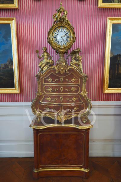 Historische Uhr auf Barockmöbel, Gästezimmer, Schloss Sanssouci, Park Sanssouci, Potsdam, Brandenburg, Deutschland, Europa