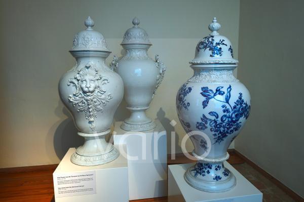 2 Vasen links, KPM, 1760, und eine Vase Meissen, 1850, Schloss Sanssouci, Park Sanssouci, Potsdam, Brandenburg, Deutschland, Europa