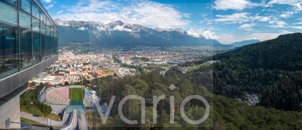 Blick von der Bergisel Schanze hinab zum Stadion, dahinter die Stadt Insbruck, am Horizont die Nordkette, Innsbruck, Tirol, Österreich, Europa