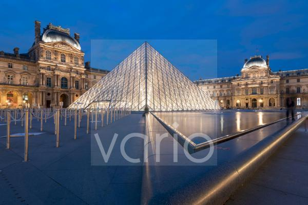 Glaspyramide im Innenhof des Palais du Louvre, Paris, Frankreich, Europa