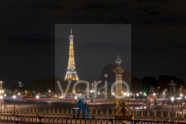 Beleuchteter Eiffelturm bei Nacht, gesehen vom Place de la Concorde, Tour Eiffel, Paris, Île-de-France, Frankreich, Europa