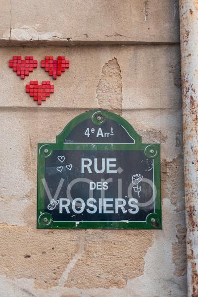 Drei Herzen, Straßenschild Rue des Rosiers, jüdisches Stadtviertel Marais, Paris, Frankreich, Europa