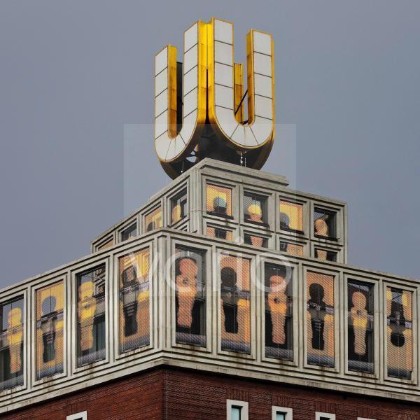 Dortmunder U, Fliegende Bilder von Adolf Winkelmann mit schwarz-gelben Tischfussballern, Dortmund, Nordrhein-Westfalen, Deutschland, Europa