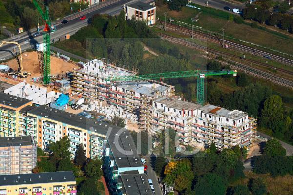 Baustelle zum Neubau eines Wohnhauses Hoyerswerdaer Straße Ecke Louis-Lewin-Straße im Ortsteil Hellersdorf in Berlin, Deutschland