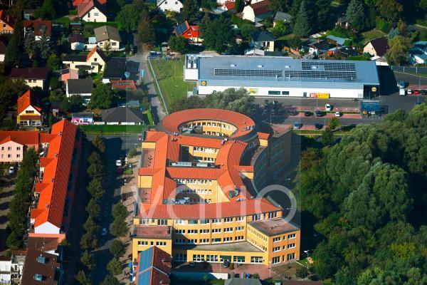 """Verwaltungsgebäude des Versicherungs- Unternehmens """"Landwirtschaftliche Sozialversicherung Mittel- und Ostdeutschland"""" an der Hoppegartener Straße in Hoppegarten im Bundesland Brandenburg, Deutschland"""