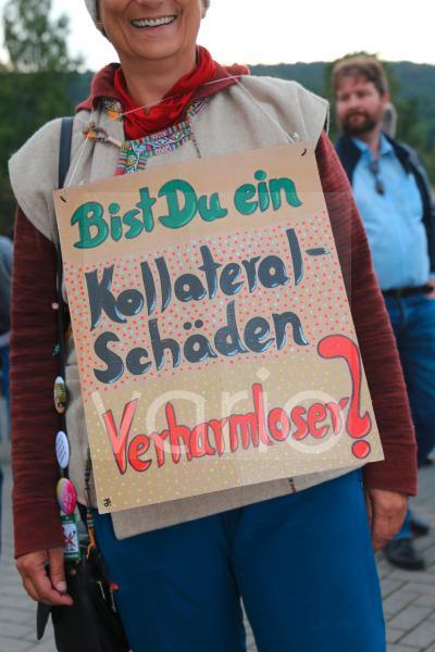Montagsdemo gegen die Coronamaßnahmen in Bad Dürkheim. Eine Demonstrantin verweist mit einem Schild auf die Kollateralschäden der Maßnahmen