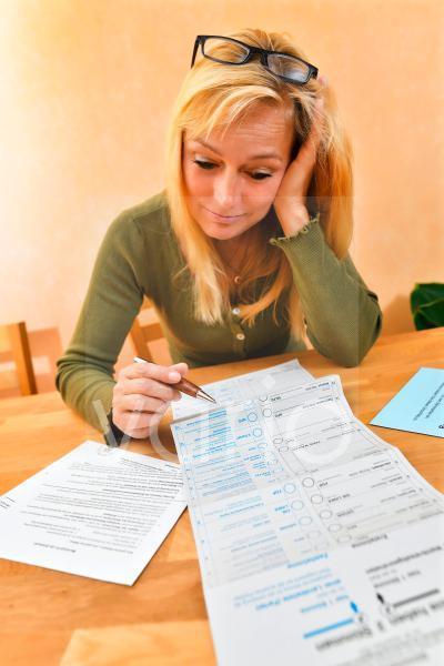 Frau mit Briefwahlunterlagen zur Bundestagswahl