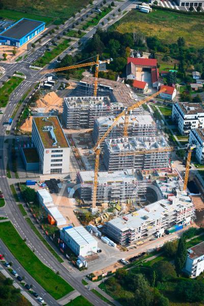 """Baustelle zum Neubau einer Mehrfamilienhaus-Wohnanlage der """" STRABAG SE """" in Schönefeld im Bundesland Brandenburg, Deutschland"""