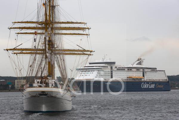 """Welcome home! The sailing training ship """"Gorch Fock"""" is returning to its home port in Kiel."""