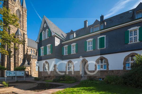 St. Suitbertus Pfarrhaus mit Pfarrbuero, links die katholische Pfarrkirche St. Suitbertus, Heiligenhaus, Bergisches Land, Niederbergisches Land, Nordrhein-Westfalen
