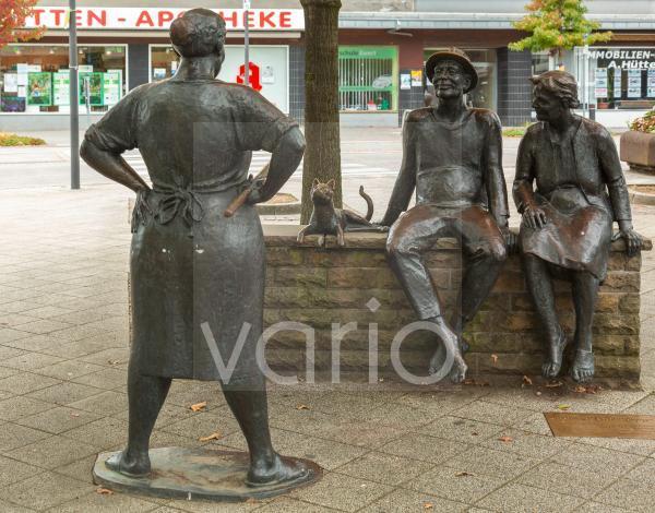 """Bronzefiguren """"Die Pladerkoepp"""" am Kirchplatz von Josef Vavro, Skulpturengruppe, Heiligenhaus, Bergisches Land, Niederbergisches Land, Nordrhein-Westfalen"""