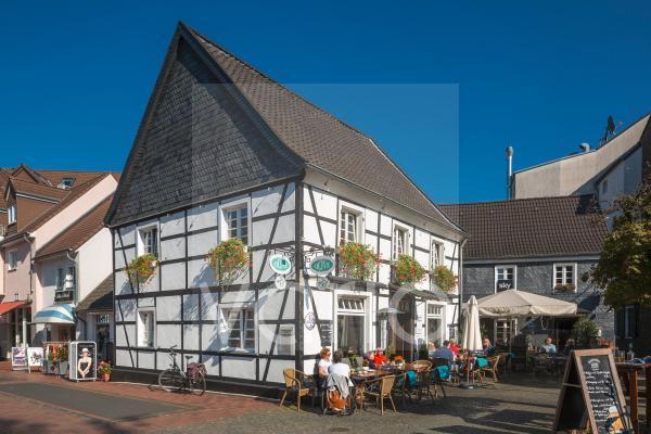Fachwerkhaus Markt 6, Restaurant, Menschen sitzen an Tischen im Strassencafe, Hilden, Bergisches Land, Niederbergisches Land, Nordrhein-Westfalen