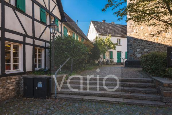 """Das Fachwerkhaus """"In der kleinen Hacken"""" ehemals auch genannt """"Konradsgut"""" ist Teil vom ehemaligen Hackenhof, rechts die Reformationskirche, Hilden, Bergisches Land, Niederbergisches Land, Nordrhein-W"""