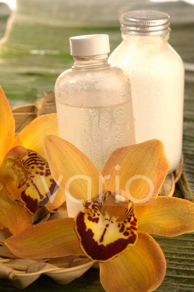 Gesichtswasser und gelbe Orchideenblüte