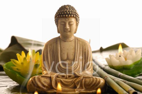 Buddha mit Rauch und Seerosenkerzen