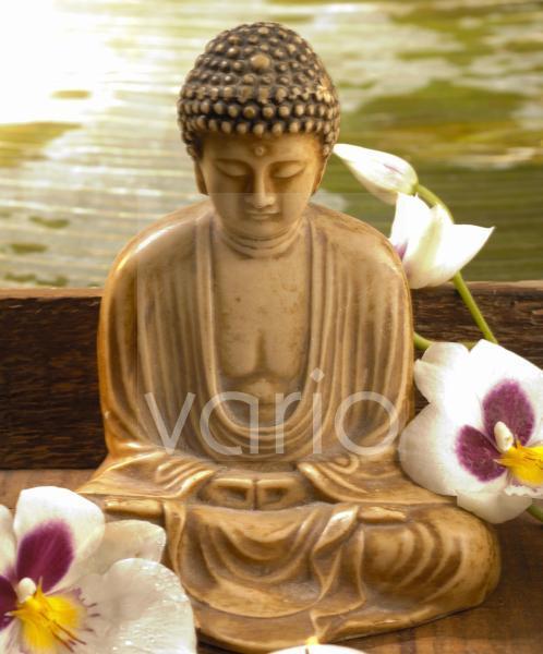 Buddha und Orchideenblüten