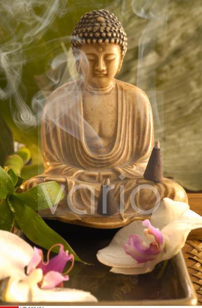 Buddha und Orchideenblüten und Rauchkegeln