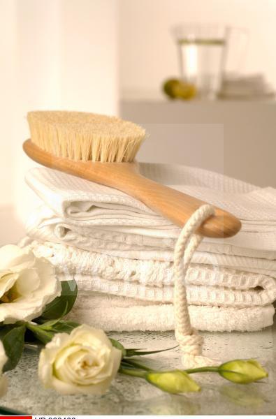 Waffel-Piqué Handtücher und Massagebürste dekoriert mit Lisianthusblumen