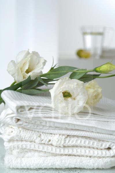 Waffel-Piqué Handtücher dekoriert mit Lisianthusblumen