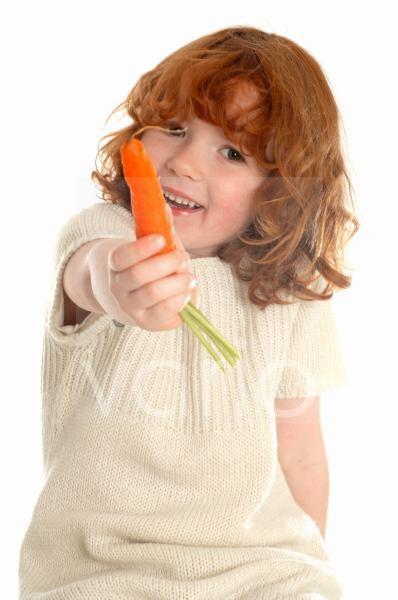 Kleines Mädchen mit Karotte