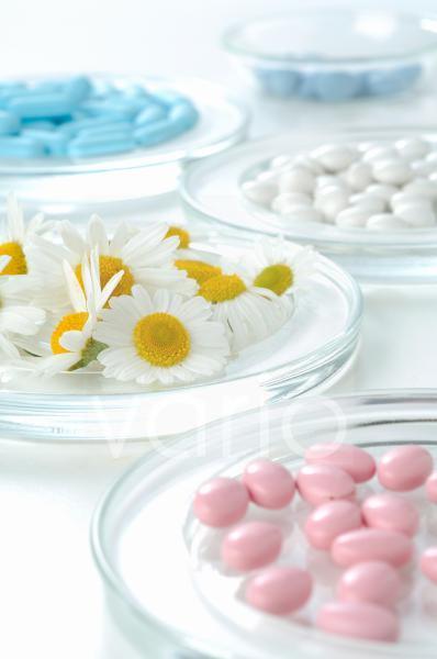 Kamillenblüten und Tabletten