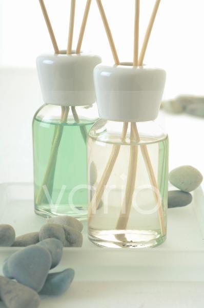Zwei Duftflakons mit Aromasticks