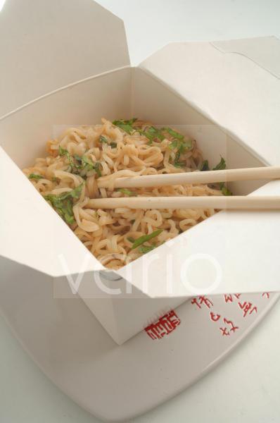 Asiatische Lunchbox mit Nudelgericht